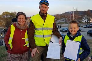 Linda, Jan och Alvin Lötberg tog emot namnunderskrifter från besökarna med kravet att inte stänga Ytterlännässkolan. Foto: Lars Sjödin