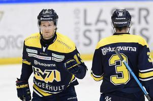 Oscar Sundh, till vänster, kommer inte till spel i den femte kvartsfinalen mot Färjestad i Löfbergs Arena.