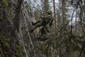 Jägarsoldat forcerar terränghinder genom firning. Foto: Jimmy Croona/Försvarsmakten