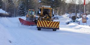 Den gamla väghyveln går sin sista säsong i Timrå och här får den gamle kämpen bekänna färg på Berglundavägen efter helgens snöande.