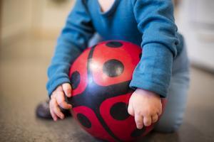 Litet barn. Stor boll. Foto: Håkon Mosvold Larsen/TT