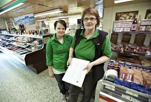 Linda Murén och Marita Östlund på Konsum fick höra om nedläggningen från kunderna. - Det är ett slag i magen, säger Marita Östlund.