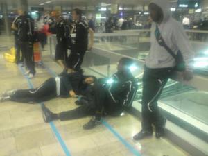 Eric Bassonbeng (närmast kameran), Bertin Zé (sittande) och Oskar Johansson (stående) väntar på flygplatsen i Zürich.