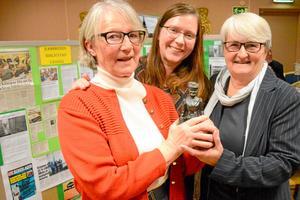 Årets ramsbergare. Ingalill Eriksson, Jennifer Jennessen och Britt-Marie Olsson med statyn som ingår i hederspriset. Ramsbergs biblioteks vänner är en grupp som engagerar många människor både i byn och på andra orter.