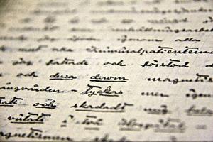Ännu ett brev till någon utanför sjukhusets väggar. Det var den enda länken ut till den andra världen. Men alla breven lästes och många kom aldrig längre än till den sjukes journalpärm.