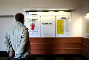 Öken. Tågtidtabeller finns, till och från Falun. Men ingenting för den som vill vidare i staden. Här behövs kommunkarta, information om busslinjer, om Carl Larsson-gården och Falu gruva, anser Bengt Holmquist.