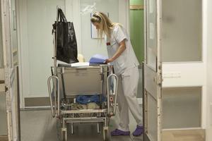 Arbetssituationen för sjuk- och undersköterskor är pressad.
