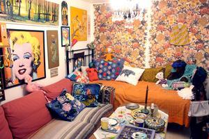 I källaren har hon ett eget rum med soffhörna och konst.