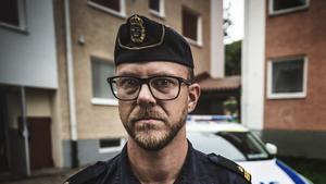 """Kommunpolisen Thomas Nordström berättar att ordningsvakter vid en högstadieskola kanske inte är rätt väg att gå. Istället vill han se en mer alert vuxenvärld med engagerade föräldrar och  skolor med rätt kompetens för att hantera drogproblematik. """"Många skolor gör ett bra jobb redan idag"""", säger han."""
