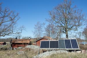 Den som tar en promenad på Sundskär kommer inte att missa solcellerna som överallt tittar fram bland skärgårdstorpen.