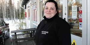 Emma Riggo driver Västansjömacken i Bjuråker sedan tidigare. Nu öppnar hon macken i Delsbo också.