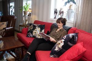 Först hade Lotta och Jörgen Bäck tänkt skaffa en beige soffa till tv-rummet, men tyget de hade tänkt sig gick inte att få tag på. Så istället blev det en röd, något de inte har ångrat.