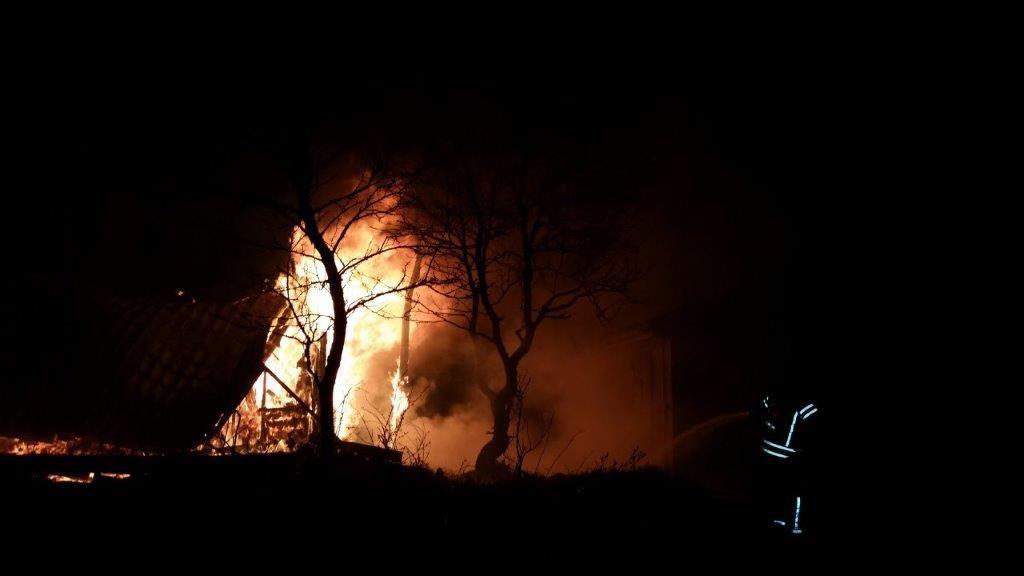 NATTENS NYHETER: Fritidshus gick inte att rädda – brann ner • Tre män misstänks för narkotikabrott