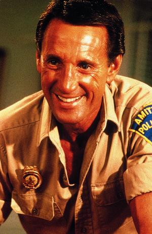 Roy Scheider spelar huvudrollen som polischefen  Martin Brody i