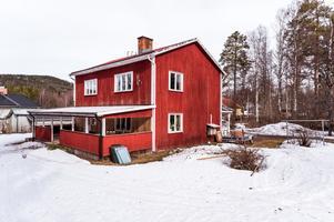 Byggt 1940, tomtarea om 2 145 kvm, beläget på Idkerberget med nära till skola, idrottsplan och Folkets hus. Foto: Kristofer Skog