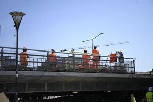 Personalbrist hotar järnvägsbranschen om inte fler söker och utbildas inom yrket, skriver artikelförfattarna. Foto: Ali Lorestani / TT.