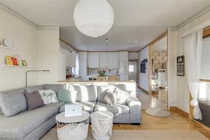 Huset har öppen planlösning mellan kök och vardagsrum. Foto: Fastighetsbyrån.