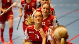 Felicia Forsmark (14) och Therese Gustafsson (24) får kampera ihop även i Rönnby.