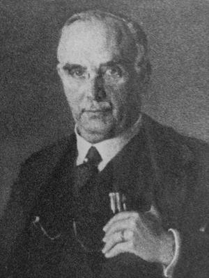 Ernst Åqvist (1875-1943)  grundade skofabriken Oscaria AB i Sundbyberg 1907. 1914 flyttade han verksamheten till Örebro och lät bygga den stora skofabriken på Söder. Han var aktiv i Svenska baptistsamfundet men också politiker, folkpartist, och satt i både stadsfullmäktige och riksdagen.