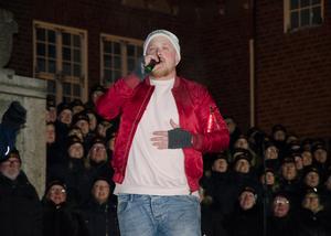 Magnus Schönberg inledde invigningen med att sjunga den officiella VM-låten