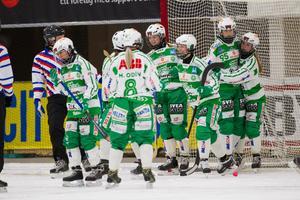 Charlotte Selbekk (längst till höger) stod för ett drömmål mot AIK.