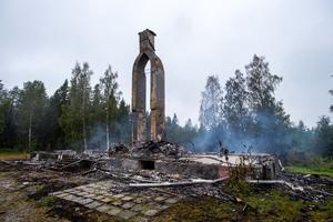 Larmet om branden kom in strax efter nio på onsdagskvällen förra veckan. Dagen efter var den gamla skolan totalförstörd.
