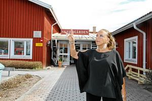 Lill-Babs utanför Skedvigården där hon gjorde ett av sina sista uppträdanden i Dalarna, våren 2017.