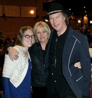 Pegi Young i mitten tillsammans med dottern Amber och dåvarande maken Neil Young. Foto: Kevork Djansezian