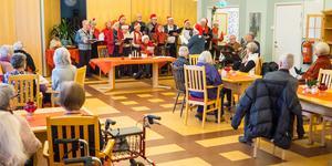 Optimisterna tog plats i matsalen och bjöd på julsånger.