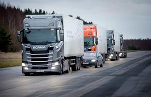 Scania håller på att utveckla sådana här lastbilskonvojer som i framtiden är tänkta att trafikera motorvägarna med förarlösa fordon.
