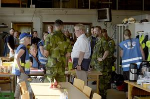 Försvarsminister Peter Hultqvist möter frivilliga på brandstation i Särna