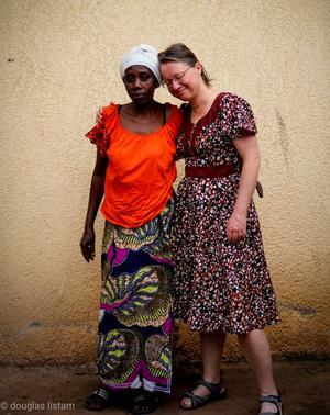 Under vistelsen fick Zilgme Eglite en klänning som kvinnan till vänster sytt.