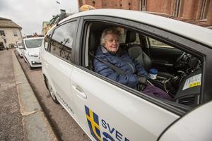 Resa mot nya lokala mål. Solveig Arons har tagit plats i ett av Faluns taxifordon.