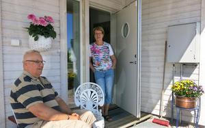 Lennart och Marianne Jonsson trivs i sin nya seniorvilla i Hallstahammar.  Än så länge har de bara grannar i två andra hus men ytterligare fyra hus är sålda i den första etappen. De sista grannarna kommer att flytta in senast 1 augusti i år, enligt Verolds vd Roger Lindroth.