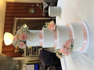 Slutresultatet av tårtan Veronica jobbade på när NP var på besök. Den är fylld med päronmousse och dumlemousse på browniebotten. Foto: Veronica Aster