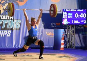 Hillevi Carlsson på tyngdlyftnings-EM i Israel, där hon sätter det nya svenska ungdomsrekordet på 100 kilo i stöt. Foto: Privat.