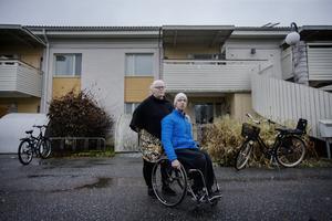 Susanne Nilsson  och sonen Rasmus har inte råd att bo kvar på Spannlandsgatan när lägenheten byggs om - nu letar de en ny, billig bostad där rullstolen får plats.