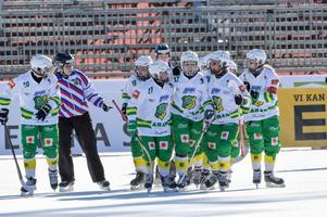 Skutskär firar Olga Rodionovas mål i SM-finalen mot AIK – ett mål som kaptenen Malin Andersson passade fram till. Foto: Janerik Henriksson / TT