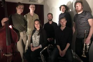 I jazzgruppen Sthlm Svaga ingår Andreas Hiroui Larsson, trummor, Elsa Bergman, bas, Gustav Rådström, saxofon, Johan Jutterström, saxofon, Linda Oláh, röst, Niklas Barnö, trumpet och Rasmus Borg, piano.
