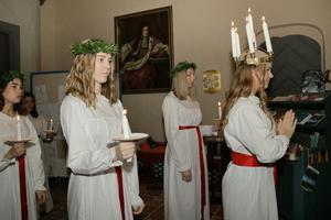 Lucian Hanna och tärnorna gjorde sig redo att tåga in i Landskyrkan som var nästintill fullsatt. Det var stämningsfullt när de sjöng Sankta lucia.
