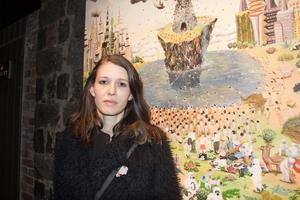 Caroline Gustafsson framför ett av konstverken som ställs ut på Avesta Art. En målning av Haruko Maeda.