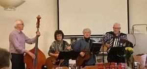 Dagens husband Åke, Gun-Britt, Karin och Bengt ledde sången och musiken.
