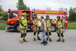 Grupp 3 på räddningstjänsten har passet när den andra bilen ska explodera och hälsar på en av producenterna.
