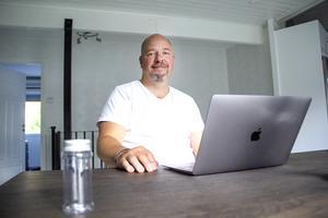 På sin dator har Jimmy Siggstedt all information av ledtrådarna och skatterna.