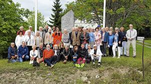 Alla återvändare samlade till gruppfoto vid minnesstenen som restes när Nyby firande 100 år 1927. Foto: Läsarbild.