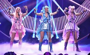 I Dolly Styles bidrag i Melodifestivalen fanns gott om färg, rök och dans. Det fanns det inte i den version Stigbjörn varit en del av, vilket inte verkar ha gjort honom alls besviken. Foto: TT