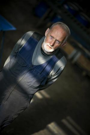 Det är många familjer som under decennierna fått sin utkomst och försörjning genom fabriken, och många har levt under den så kallade bruksandan. Rolf är fjärde generationen Strömberg på Hissmofors.