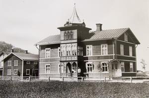 På bilderna syns Axel Molin med sin familj. Efter lite efterforskning tror Bertil att Axel Molin inte föddes i trakten, så varför det blev just Järvsö efter Amerika vet man inte.