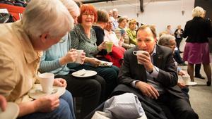 Här trivdes han. Stefan Löfvén fick en kaffepaus med Västeråspensionärer, medan media och säkerhetsmän cirklade omkring honom.