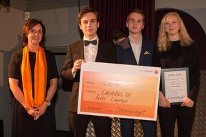 Karina Pettersson, ABB Industrigymnasium, delade ut Dekalbolagets utmärkelse för Årets logotype till Caliditas UF - med  Linus Pettersson, Ludvig Käll och  Ida Larsson.